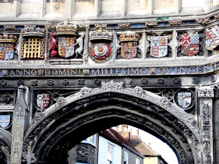 Wapens van de Tudor dynastie op Christ Church Gate, kathedraal van Canterbury. In het midden het wapen (rode draak en witte windhond) van de vader van Hendrik VII, Edward Tudor. Links Prins of Wales voor de valpoort van Beaufort. Rechts de Tudor roos. Daarnaast de schilden van Katerina van Aragon (rood en geel van Aragon, het kasteel van Castilië, leeuwen van Laon, adelaars van Sicilië en de granaatappel van Grenada).