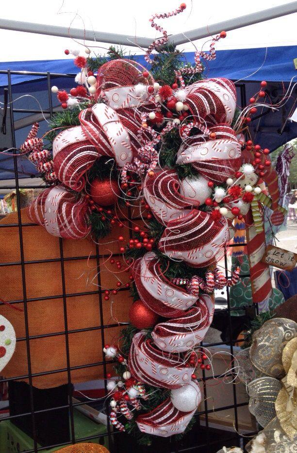 Ajouter certains plaisir & flair à votre décor de Noël cette année avec cette belle Candy Cane « Couronne ». Maille & ruban sur le dessus une forme de verdure canne de bonbon, avec ajoutée pioches, baies & cue bouclé bâtons pour terminer cette partie.