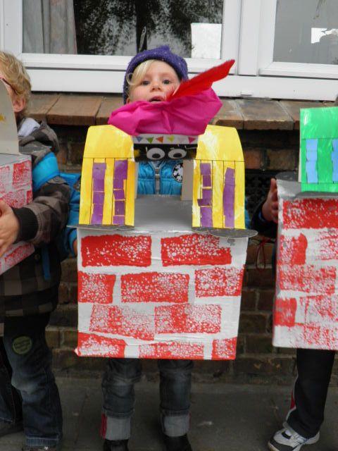 Zwarte piet staande op de schoorsteen. Grote kartonnen doos bekleefd met wit papier en daarna bestempeld met grote sponzen