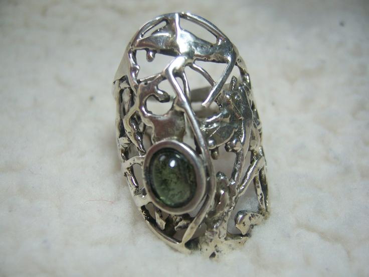 Anillo de plata con turmalina verde.