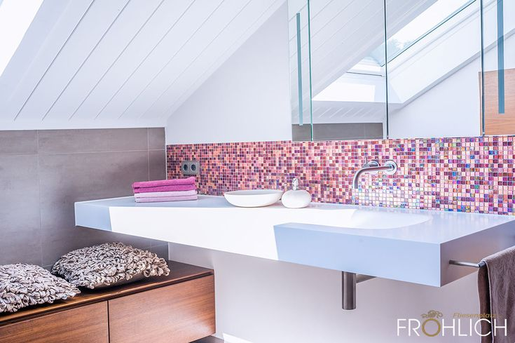 Duschbad mit Mosaik – die Waschtischanlage besteht aus einem Mineralguss Becken mit integriertem Handtuchhalter aus Edelstahl, einer Wandarmatur und e…