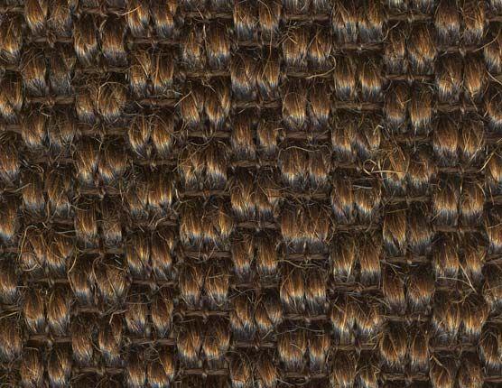 Een bruin sisal tapijt met een ambachtelijke uitstraling. Vloerbedekking van een sterke kwaliteit geschikt voor intensief gebruik in bijvoorbeeld de woonkamer