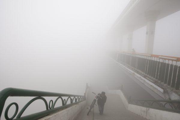 La pollution atmosphérique qui fait régulièrement suffoquer les villes en Chine n'épargne désormais plus le Tibet, dont la capitale Lhassa était enveloppée vendredi d'un épais brouillard.