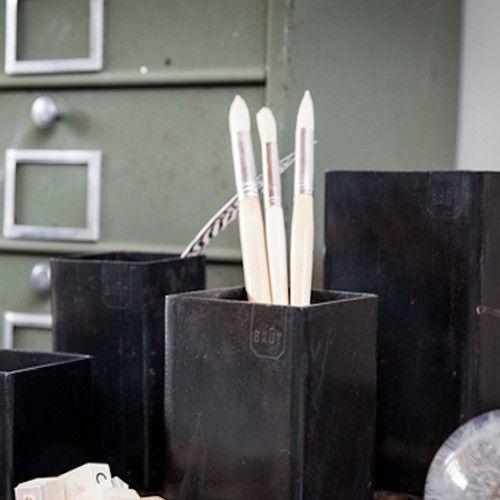 Utility Holder Hoe cool zijn deze utility holders ofwel houders voor keukengerei?! Of voor je stiften, pennen, potloden. Of wat dacht je van in de woonkamer met kleine spulletjes? Stoer en stijlvol voor een finishing touch in je huis. Ze zijn verkrijgbaar in 4 maten. Bij Loods 5 in de winkel zijn ze los te koop online in sets van 2 houders. Deze set bestaat uit 2 stuks te weten maat S & M: €29,90. De houders voor in de keuken of op kantoor zijn gemaakt van 3 mm dik gewalst staal.