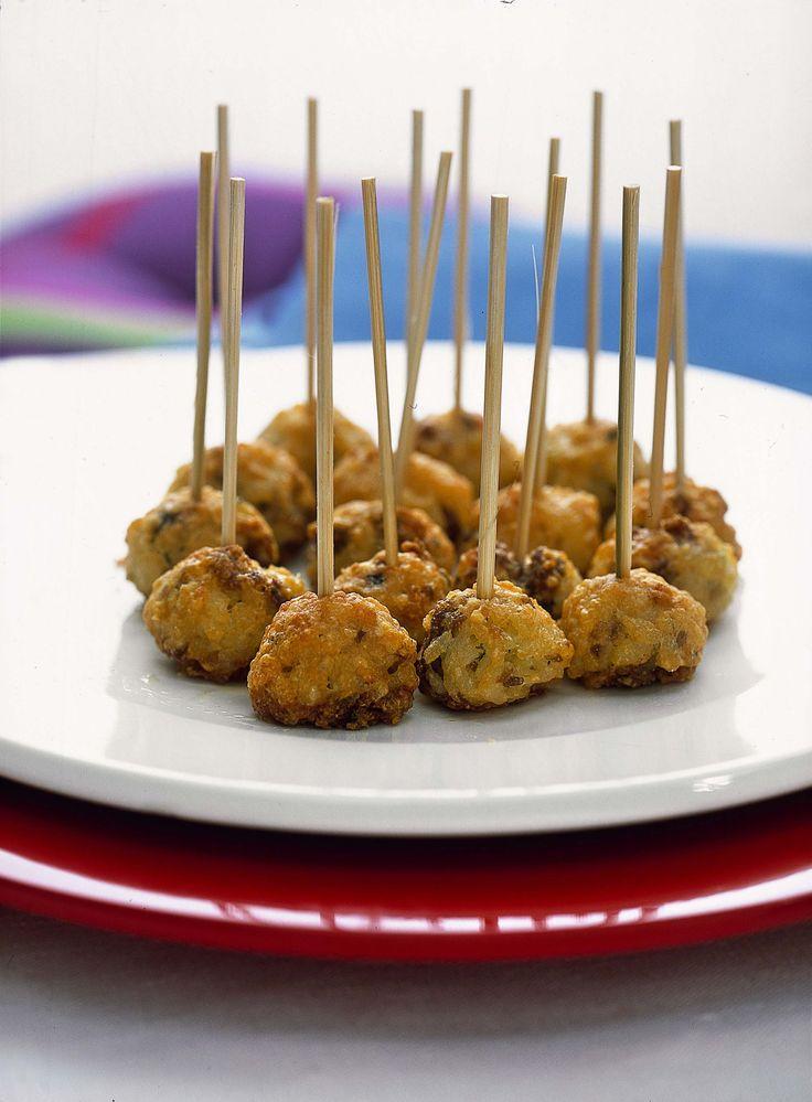 Scopri su Sale&Pepe come preparare delle deliziose polpettine di risotto alla salsiccia: un ottimo piatto che si presta benissimo anche per un buffet in piedi.