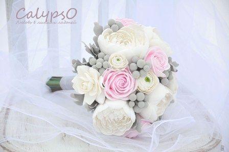 свадебный букет из белых пионов, бледно-розовых роз
