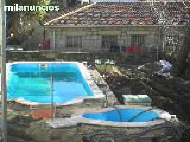 piscinas de poliester tambien en hormigon acabados en suelo de madera sintetica