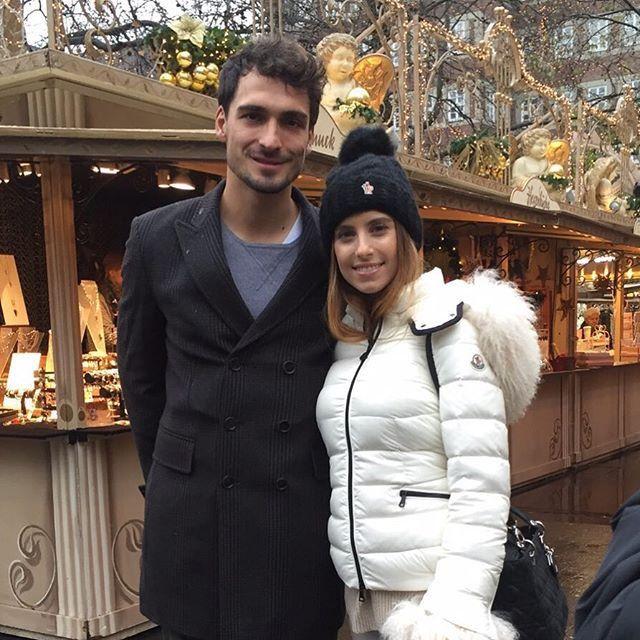 Pin for Later: Seht wie die Stars die Weihnachtssaison einläuten Mats und Cathy Hummels genossen die Zeit auf dem Weihnachtsmarkt in Düsseldorf