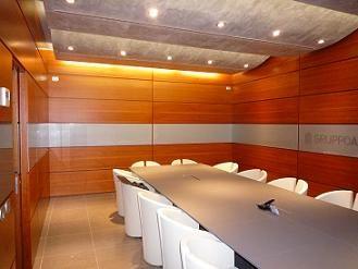 Boiserie sala riunioni in legno di ciliegio realizzata su progettazione personalizzata