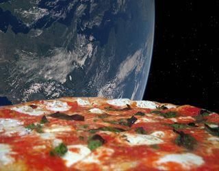 Recette de la pizza carbonara : jambon, lardons, oeufs, crème fraîche