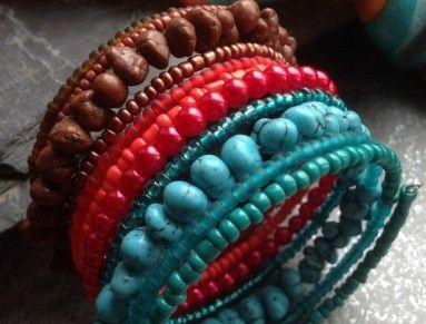 Náramek z paměťového drátu, hnědého, červeného a tyrkysového rokajlu a hnědých a tyrkysových kamínků. 11 otoček, šířka cca 5 cm, průměr 6 cm
