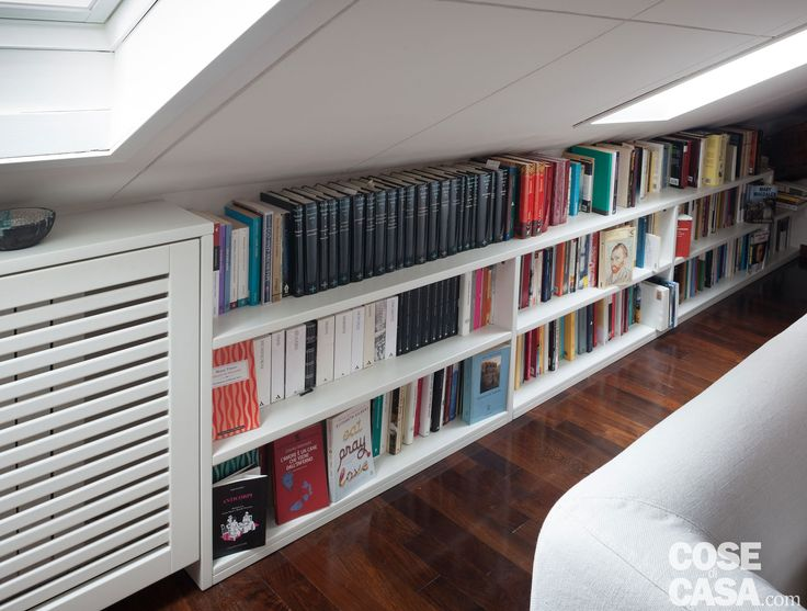 Travi a vista e aperture moltiplicate, arredi su misura e tanto spazio per i libri: nel sottotetto è stato ricavato un funzionale bilocale. Con una zona giorno ben organizzata che diventa all'occorrenza zona studio.