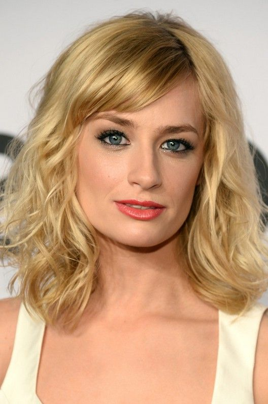 Beth Behrs Cute Medium Wavy Hairstyle with Bangs