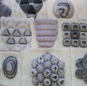 Il prefeltro è il compagno ideale per le sperimentazioni degli artisti tessili. Sono sempre stata interessata allo sperimentare con diversi materiali.