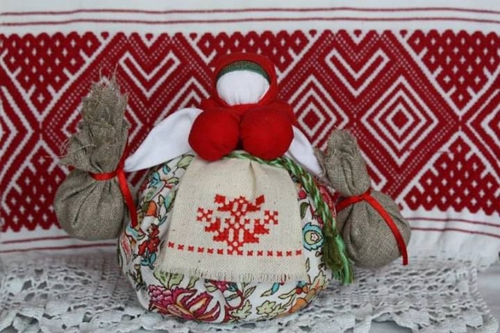 Travnitsa (Grass Doll)  Slavic amulet doll, its basic purpose is preservation of the good relations in house, health, well-being. In its magnificent skirt the sack with curative grasses - mint, origan, a balm is placed. Aroma from such doll is pleasant and useful to health since grasses contain volatile