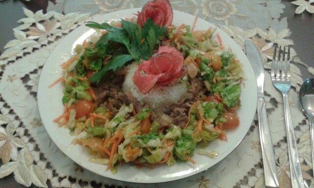 Leños de Lomitos de res, ensalada con aceites de oliva saborizados arroz Blanco y rosa chip de papa