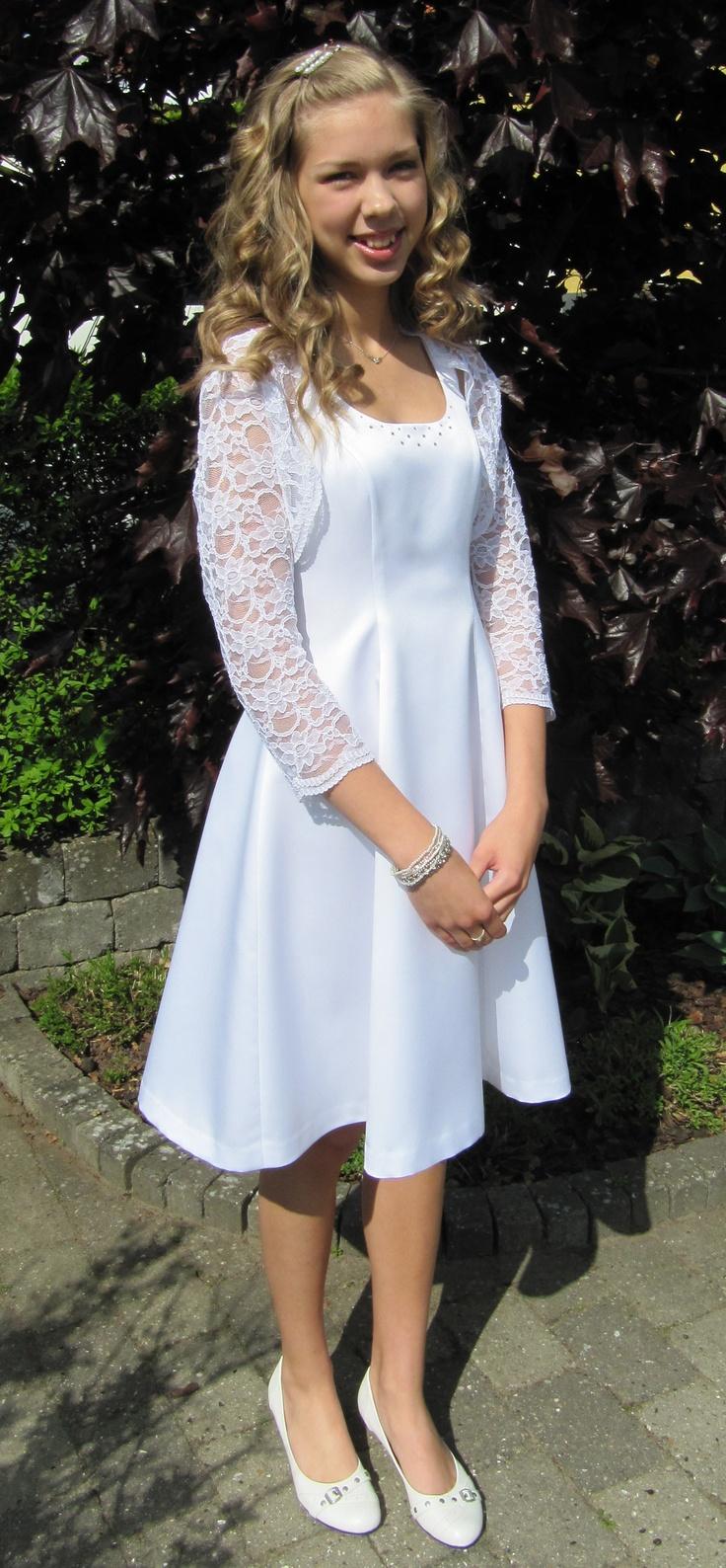 """Kjolen er syet efter model """"Cecilie"""" i hvid party-satin. Hele kjolen er foret, har usynlig lynlås i ryggen og et flot fald."""