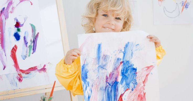 Pintando com crianças de 2 anos. Muitas crianças pequenas gostam de pintar, uma atividade que podem fazer com a supervisão de um adulto. O pintura ajuda as crianças a desenvolver a coordenação motora e outras habilidades. As atividades de pinturas ajudarão também a elas identificarem as cores, desenvolve também a imaginação, criatividade, e a inteligência emocional. Conversar com ...