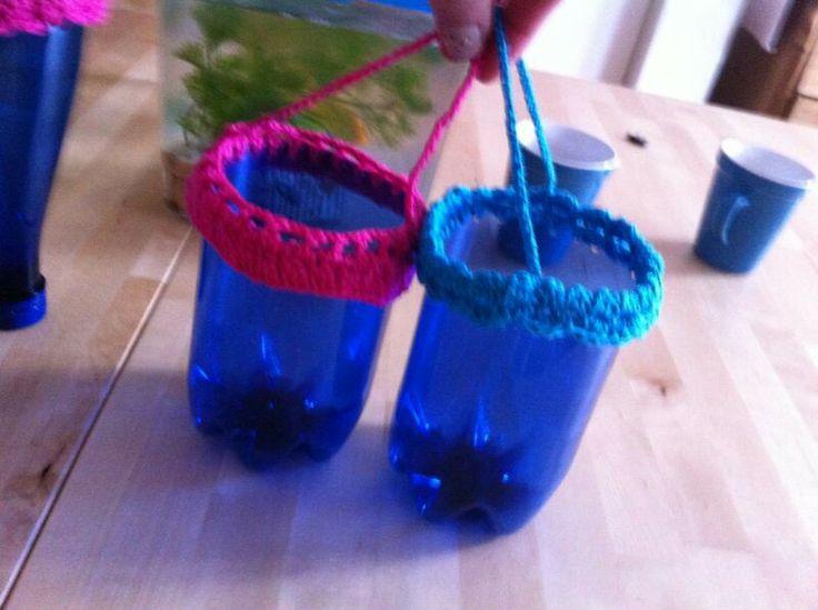 'Hanging basket' van waterfles met gehaakte rand. Leuk om in de tuin te hangen met plantje erin. Recycle tip.