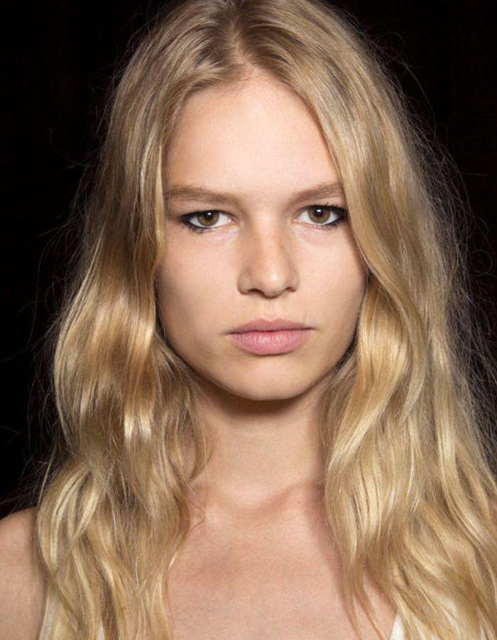 Doğal ve dalgalı saçlar bu yıl çok moda! Isıtıcılara bir süreliğine veda edebilirsiniz.