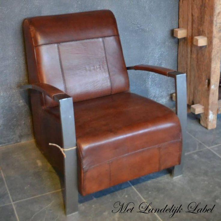 Stoere fauteuil inBuffelleder€549,= In 3 kleuren leverbaar, zwart (kleurcode 5355), donker bruin (kleurcode 5433) en licht bruin (kleurcode 5244). Tevensverkrijgbaar in Schapenleder € 589,=(In 1 kleur leverbaar, licht bruin) Evt. bijpassende hocker bij te bestellen. €179,= (buffelleder)