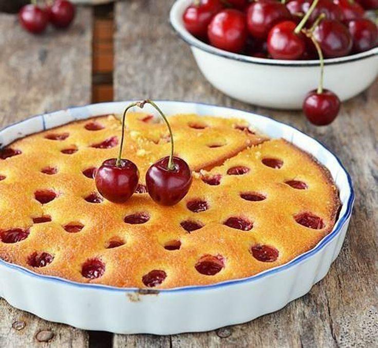 """""""Checul de griș cu vișine"""" este un desert spectaculos, îmbibat cu sirop de lămâie, asemănându-se la textură cu delicioasele dulciuri orientale. Incredibil de suculent – grație siropului de lămâie și vișinelor – extrem de fin și delicat, acest desert cu certitudine va face deliciul întregii familii. Este absolut fenomenal servit atât rece, cât și cald …"""