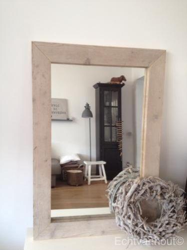 Spiegel gemaakt van steigerhout