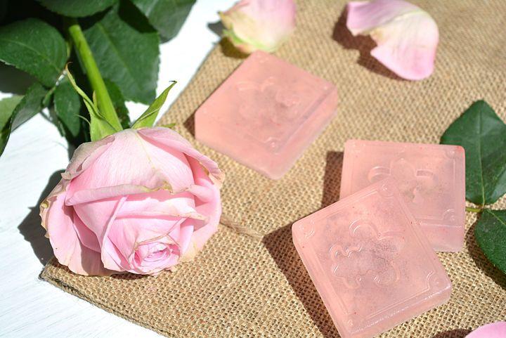 So machst du deine eigenen nach Rosen duftende Glycerin-Handseifen #Seife #DIY #Doityourself #Rose #Duft #selbermachen #Galaxus