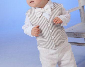 Dé a su bebé hermosa ropa. En agradecimiento él le dará una sonrisa.  Traje de lino natural de Baby boy incluye juego de 3: -Pantalones cortos -Camisa -Pajarita  Pantalones cortos viene en cintura elástica ajustable con botones. La pajarita es previamente atada con un cierre de Velcro ajustable en la parte posterior. Usted puede pedir el tamaño adecuado para su hijo.  Todos los artículos se hacen en una casa de no fumadores.  Por favor, hágamelo saber si usted tiene cualquier fecha…