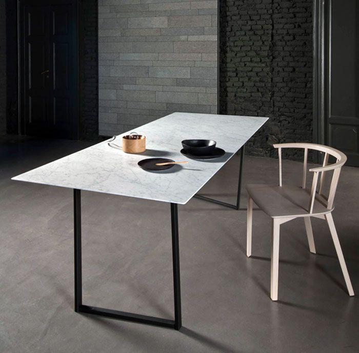Deze afbeelding weerspiegelt het individualisme dat er gecreëerd zou worden wanneer de liefde op is. Het is een heel simplistische afbeelding: een tafel, een stoel en een kaal huis.