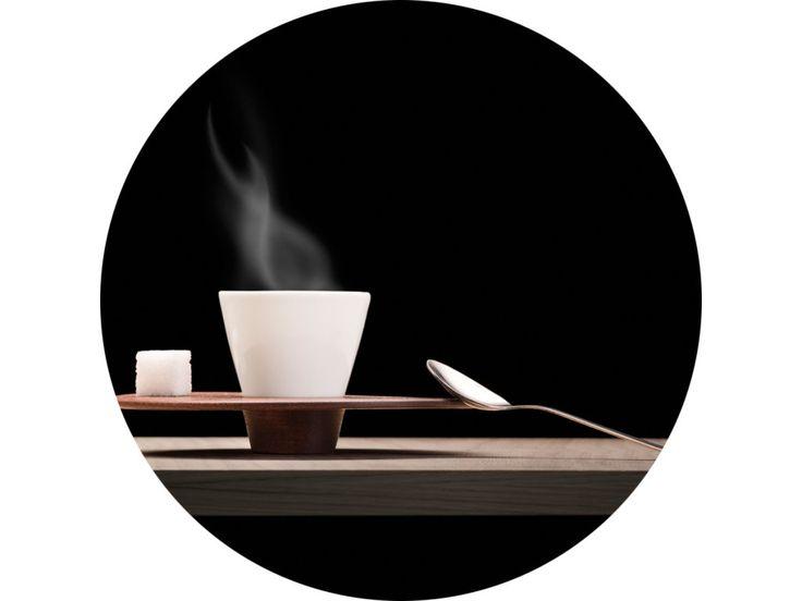 Idea vychádza z vášně pre pitie kávy. Neobvyklé spojenieí dvoch rôznych materiálov, mahagónového ušľachtilého dreva a francúzskeho porcelánu. Všetko je ručná výroba s dôrazem na detail. Limitovaná séria. Navrhnuté behom pobytu vo Francúzku.