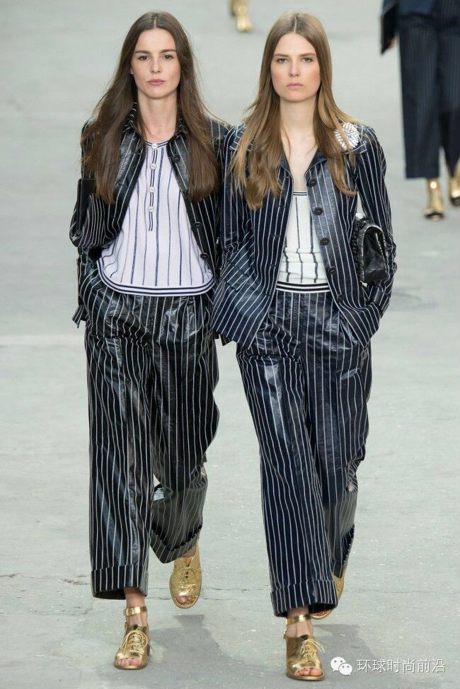Chanel 2015 spring and summer will once again generous show of Paris street fight, let the Grand Palais transformed into a Chanel Avenue.