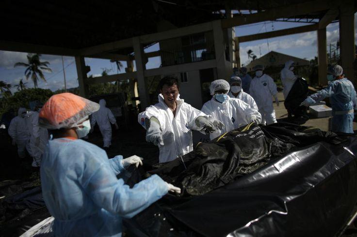 Les corps sont par la suite méthodiquement examinés par une équipe de médecins légistes, avant d'être transférés dans une fosse commune pour...