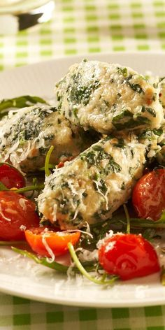Auch ein vegetarisches Highlight in unserer Rezeptliste: Spinatnocken mit Tomaten und Rucola.  Inspiriert? Dann findest du hier das Rezept dazu. Viel Spaß beim Kochen!