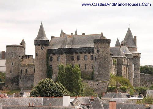 Château de Vitré Vitré, Ille-et-Vilaine, France.... http://www.castlesandmanorhouses.com/photos.htm ... The first stone castle was built by the baron Robert I of Vitré at the end of the 11th century. The defensive site chosen, a rocky promontory, dominates the valley of the Vilaine. A Romanesque style doorway still survives from this building.