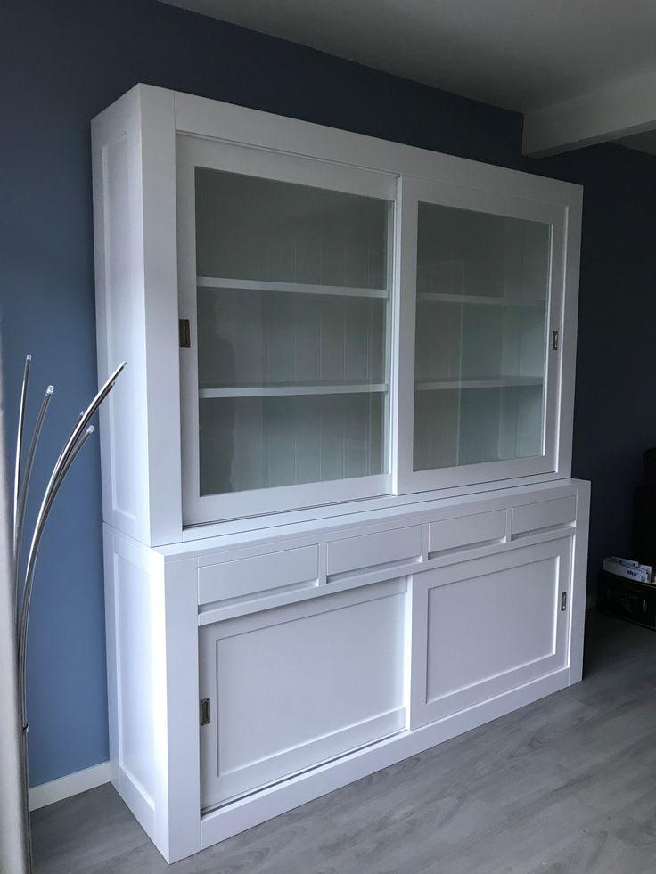 Strakke design buffetkast in het wit met brede schuifdeuren en greeploze laden 200cm breed.