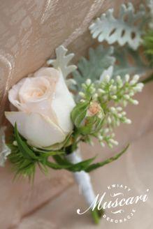 Róża i szara zieleń w butonierce ślubnej