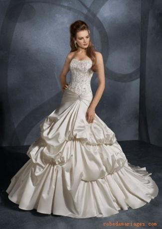 Robe en Taffetasss et des Broderies charmantes et des perles scintillantes recouvre le corsage sans bretelle Robe de mariée de luxe