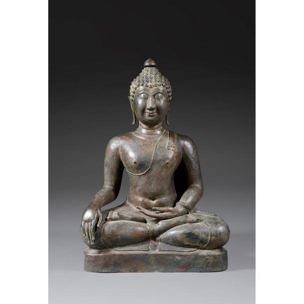 GRANDE STATUE DE BOUDDHA MARAVIJAYA en bronze de patine sombre, représenté assis en dhyanasana sur une terrasse, la main droite en bhumisparshamudra, vêtu de la robe monastique lui laissant le torse découvert, trois plis de beauté soulignant l'ovale de son visage, les yeux mi-clos en amande, les lobes des oreilles allongés, les cheveux coiffés en boucles recouvrant l'ushnisha sommé d'un bouton de lotus. Thaïlande, style de Chieng Saen-Lao, fin du XIXesiècle.