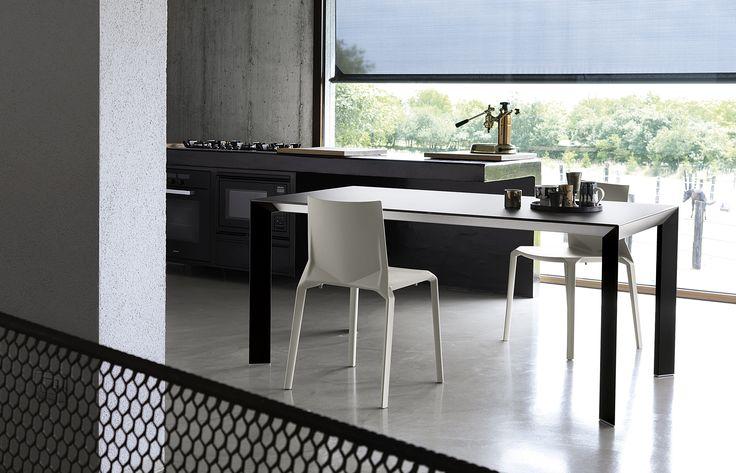 Plana di Kristalia, creata da Lucidi Pevere (2009), è una sedia impilabile in polipropilene rinforzato con vetro. Adatta a tutti gli ambienti, sia interni che esterni, è disponibile in diversi colori.