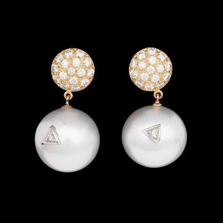 ÖRHÄNGEN, odlade South sea pärlor, 15,2 mm, med briljantslipade diamanter, tot. ca 1.20 ct.  18k guld. L. 2,5 cm. Stift.