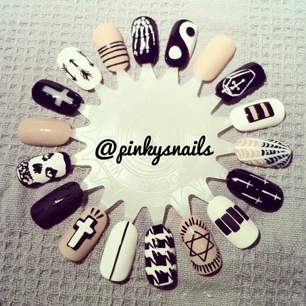 Nail wheel by @esthermulders! black, white and nude nail art design