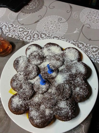 torta di muffin al cacao dolce , ricoperta di glassa al cioccolato fondente e cocco