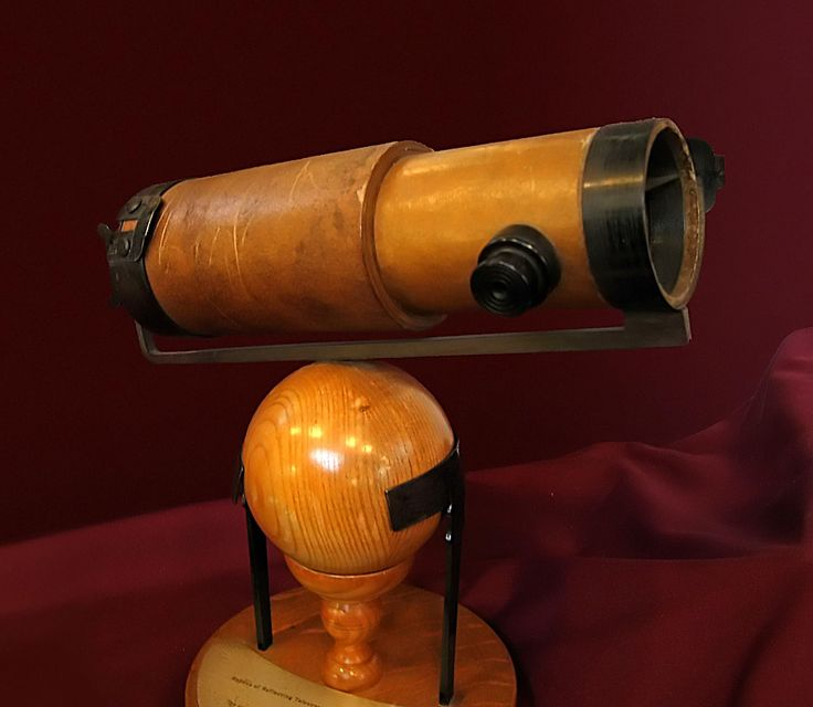 The Newtonian telescope is a type of reflecting telescope invented by the British scientist Sir Isaac Newton , using a concave primary mirror and a flat diagonal secondary mirror. Newton's first reflecting telescope was completed in 1668 and is the earliest known functional reflecting telescope.[1] The Newtonian telescope's simple design makes it very popular with amateur telescope makers.[2]