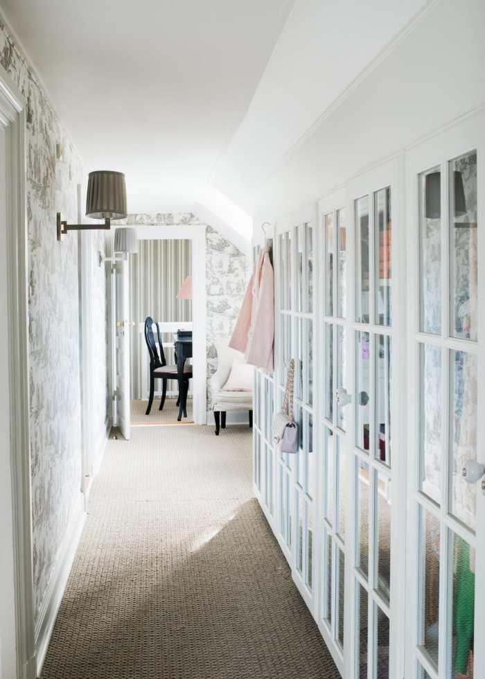 Jannice (addSimplicity) sammanfattar: Har du snedtak, en plastbyggd garderob som nyttjar ytan maximalt är ett smart sätt att stuva undan kläder och annat. Genom att välja glasdörrar med spröjs blir intrycket lättare och ljusare. En sisalmatta på golvet ger en hotellrumskänsla och är skönt för fötterna såväl sommar- som vintertid.