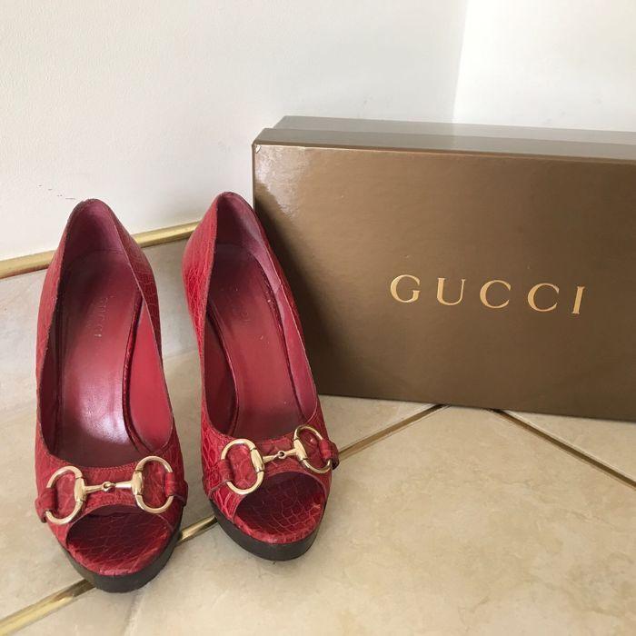 Hakken van Gucci  Gucci hakken in rode krokodil afdrukken met gouden Gucci gesp.Afmeting: 36 EUMijn suggestie is om nieuwe hak tips voor het vernieuwen van hen terug naar nieuwstaat.  EUR 16.00  Meer informatie
