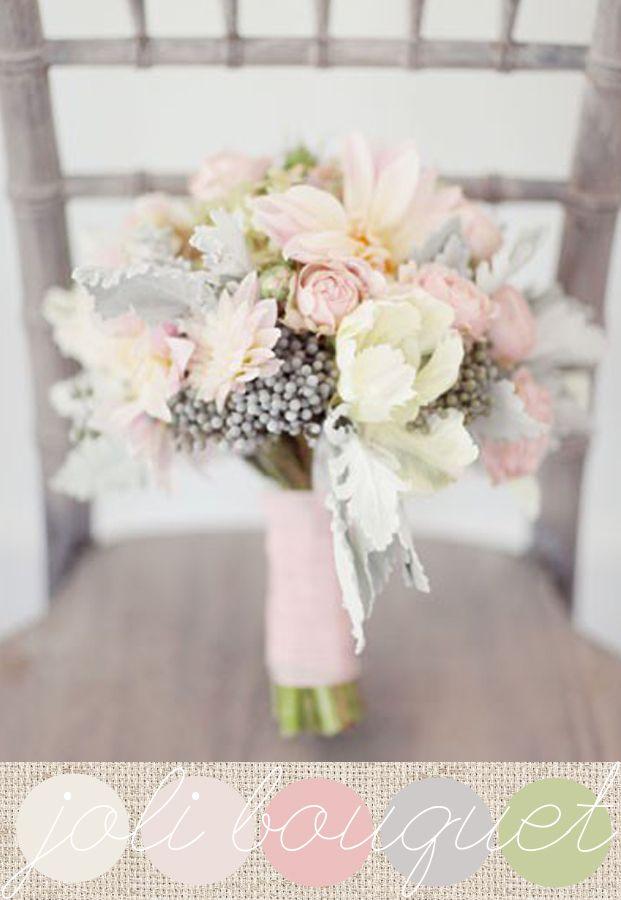 Un bouquet de mariée tout de rose vêtu, une jolie déclinaison de roses pastels de dahlias, de renoncules, d'hortensias et des touches argentées des baies de Brunia et des cinéraires…