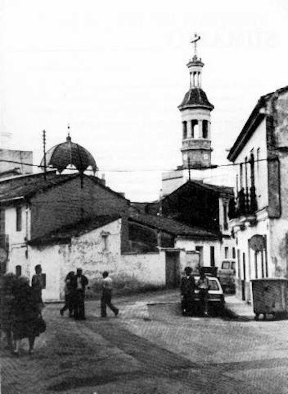 Calle de José Grollo y la iglesia de San Roque, a la izquierda la plaza de Benicalap, a la derecha la calle de Almiserat. Años 70. Foto subida al foro Remember Valencia I, entrada 8755.