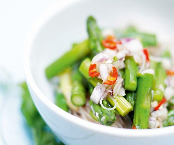 Voici une recette facile pour cuisiner des asperges aux vermicelles chinois. Si vous voulez manger équilibré et diététique, ce plat minceur est fait pour vous.