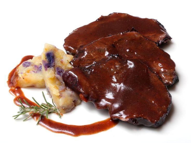 Carrillera de ternera estofada al vino tinto y patata confitada, en Finca La Dehesa